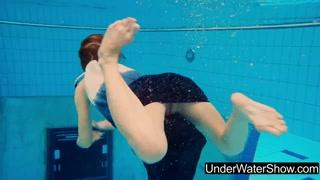 Novinha provocando na piscina nadando pelada mostrando tudo.