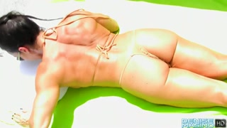 Morena greluda e buceta carnuda toma sol de biquíni.