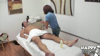 Massagista gostosa excita cliente e senta na pica pra foder