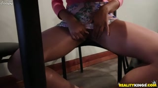 Safada faz vídeo porno no meio do bar com amigo pauzudo
