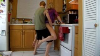 Pornografia na cozinha com a madrasta sendo fodida