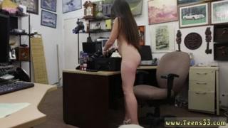 Mulher dominadora usa o chicote pra fazer macho gozar