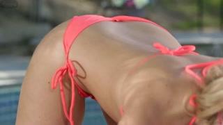 Loiras nuas na piscina enfiam a língua na xota e mama grelo